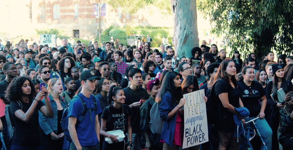 Bruins gather for UCLA Mizzou Solidarity Day. Photo by Karin Chan.
